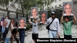 Демонстранты требуют справедливого наказания для Эпштейна, Нью-Йорк, 8 июля 2019