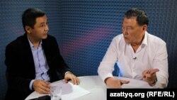 AzattyqLIVE хабарының қонағы саясаткер Балташ Тұрсымбаев (оң жақта) және журналист Қасым Аманжол. Алматы, 23 қазан 2015 жыл.