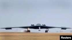 """АҚШнинг """"B-2 Spirit"""" русумидаги бомбардимончи учқичи."""