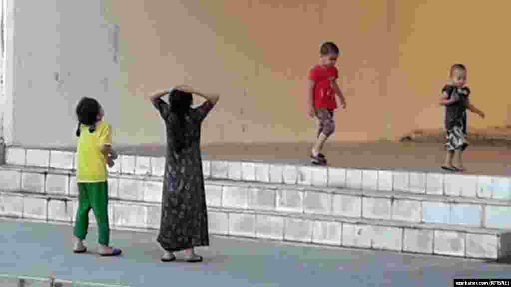 Дети играют на улице, Туркменистан