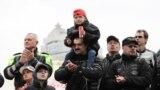 Віктар Лукашэнка зь дзецьмі і міністрам унутраных справаў Ігарам Шуневічам (зьлева)