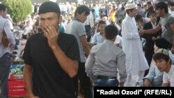 После пятничной молитвы в Душанбе. 31 августа 2011 года.