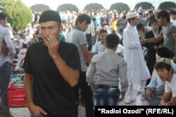 Верующие в мечети «Мухаммадия» в Душанбе. 31 августа 2011 года.