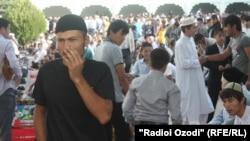 Мешіттегі айт намазынан соң тарап жатқан жамағат. Душанбе, 31 тамыз 2011 жыл. (Көрнекі сурет.)