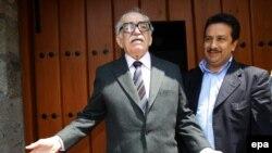 گابریل گارسیا مارکز مقابل خانه خود در مکزیکوسیتی.