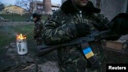 Український військовий на авіабазі в селі Любомирівка, неподалік Севастополя, 6 березня 2014 року