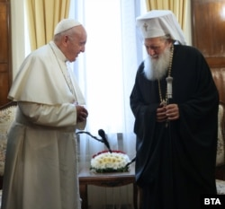 """Pope Francis and Bulgarian Patriarch Neofit meeting in Sofia in May 2019. Neofit has said that """"the sacred mysteries cannot be a vector of contagion or any disease."""""""