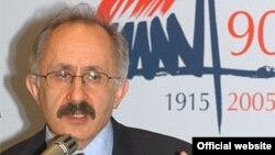 Թաներ Աքչամը Հայոց ցեղասպանության 90-ամյակին նվիրված միջոցառումների ժամանակ