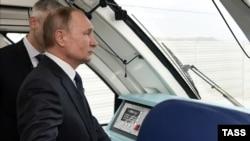 Президент России Владимир Путин едет на рельсовом автобусе по Керченскому мосту, декабрь 2019 год