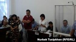 Журналист Жанболат Мамай (оң жақта) сотта отыр. Алматы, 14 тамыз 2017 жыл.