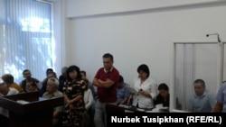 Жанболат Мамайдың соты (журналист оң жақта, әйнек кабинада отыр). Алматы, 14 тамыз 2017 жыл.
