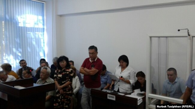 В суде по делу Жанболата Мамая (журналист справа, в кабине за стеклом). Алматы, 14 августа 2017 года.