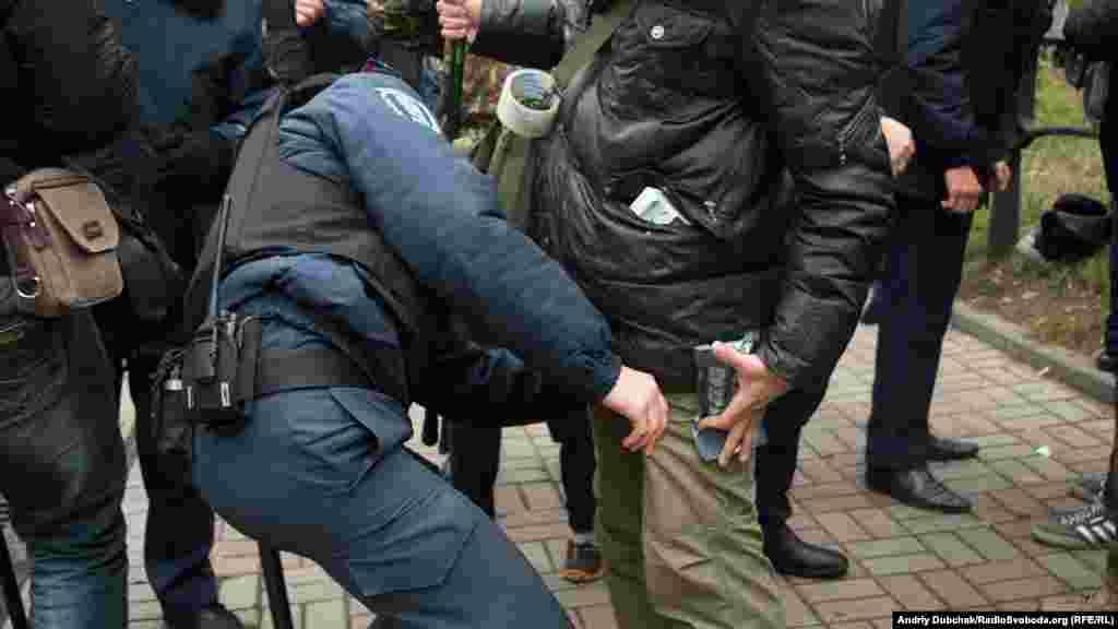 Для того, аби потрапити на мітинг, необхідно було пройти обшук кордону міліції