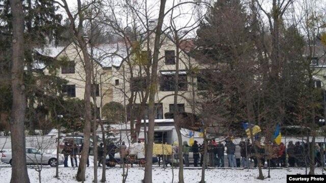 В Вене пикетировали имение семьи Азарова