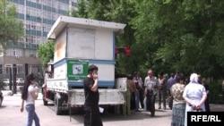 """Бишкекте 10-кичи районундагы аялдамада жайгашкан күркөнү """"жаңы кожоюндар"""" жүктөп алып кетүүдө."""