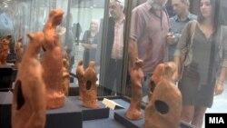 """Илустрација: Изложбата """"Антички теракотни фигурини од Македонија"""" во Музеј на Македонија во 2012 година."""