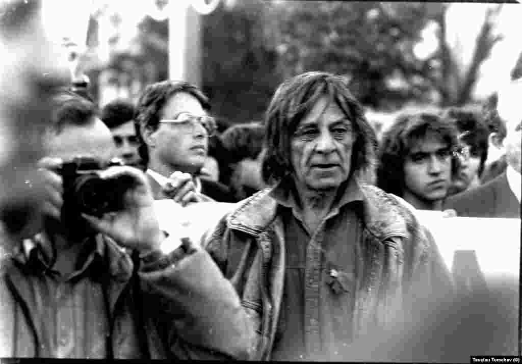 """Актьорът Петър Слабаков (в средата) и Делчо Вичев (с очила, вляво). Шествието се придвижва от ул. """"Раковска"""" към задния вход на парламента."""