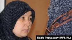 Жена узбекского беженца-мусульманина Умида Азимова беседует с женой другого беженца в суде. Алматы, 1 марта 2011 года.