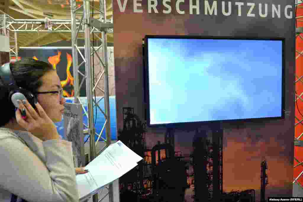 Посетители выставки могут через наушники послушать ветер, смог, молнию, автомобильные пробки.
