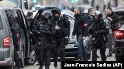 Қарулы шабуылға күдіктіге қарсы арнайы операция өткізіп жатқан полиция жасағы. Страсбург, 13 желтоқсан 2018 жыл.