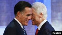 АҚШ-тың республикалық партиясынан президенттік сайлауға түсіп жатқан Митт Ромни (сол жақта) бұрынғы президент Билл Клинтонмен амандасып жатыр. Нью-Йорк, 25 қыркүйек 2012 жыл.