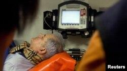 Adrian Nastase în ambulanță, după falsa sinucidere, București, 20 iunie 2012