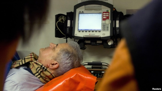 Adrian Năstase într-o ambulanţă, după o pretinsă tentativă de sinucidere, la aflarea deciziei privind condamnarea sa la închisoare, 20 iunie 2012, Bucureşti