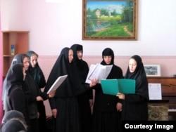 Сестры соседнего женского монастыря поют. Фото сделано самим наместником, когда принято ездить в гости после Пасхи, 2005