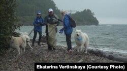 Волонтеры собирают мусор на Байкале, архивное фото