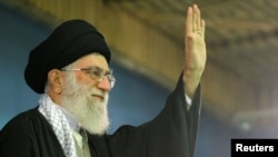 Iran -- Supreme Leader Ayatollah Ali Khamenei waves to his supporters during his meeting with students in Tehran, 02Nov2011