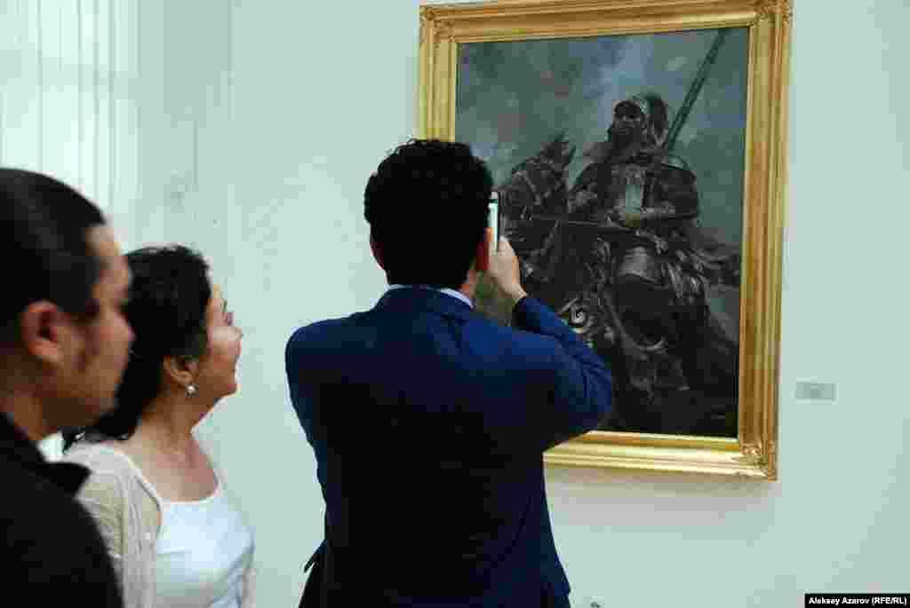 Представлено немало портретов исторических деятелей. Например, Раимбека-батыра, портрет которого снимает один из посетителей. Автор портрета – Талгат Тлеужанов.