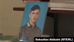 Маркум Алексей Быков эки айдан кийин мектепти бүтүп кетмек.