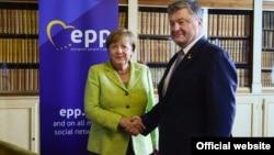Анґела Меркель і Петро Порошенко на зустрічі в Брюсселі, червень 2017 року