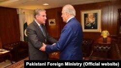 زلمی خلیلزاد نماینده ویژه امریکا برای صلح افغانستان (راست) حین دیدار با شاه محمود قریشی وزیر خارجه پاکستان