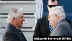 Госсекретарь США Рекс Тиллерсон и посол США в Москве Джон Теффт во Внуково