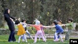 به گفته مقام بهزیستی، به کارگیری اقلیتهای دینی تنها در آموزشهای فوق برنامه مانند ورزش، نقاشی، سفالگری بلامانع است.