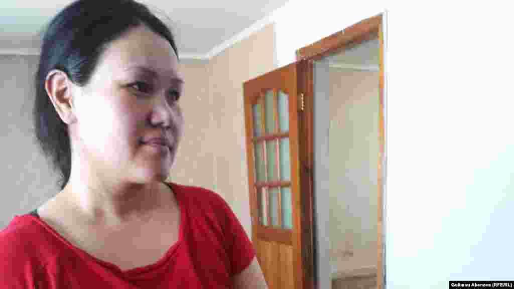Гульжазира Маданова говорит, что получила в свое время педагогическую специальность, но в связи с уходом за детьми долгое время сидела дома, а сейчас не может устроиться на работу. У нее трое детей, двое из которых получили недавно места в государственных детсадах в разных частях города.
