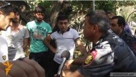 Глава полиции Армении Владимир Гаспарян общается с протестующими, утро 30 июня
