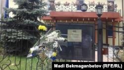 Цветы перед зданием консульства Нидерландов в Алматы. 21 июля 2014 года.