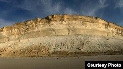 Отвесные чинки плато Устюрт высотой более 100 метров. Фото Марка Пестова.