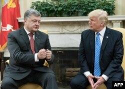 Петро Порошенко та Дональд Трамп (праворуч) під час зустрічі у Білому домі, Вашингтон, 20 червня 2017 року