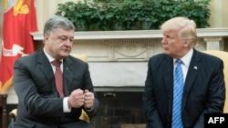 Петро Порошенко (л) і Дональд Трамп (п) під час зустрічі в Білому домі, 20 червня 2017 року