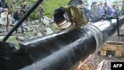 По первоначальному плану нефтепровод проходил непосредственно по Ленингорскому району. В ходе консультаций и изучения ситуации он был перенесен за пределы Ленингорского района