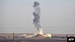 Дым на месте взрыва у города Ракка в Сирии. Иллюстративное фото.
