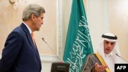 АҚШ мемлекеттік хатшысы Джон Керри (сол жақта) Сауд Арабиясы сыртқы істер министрі Адель әл-Джубейрмен бірге баспасөз жиынында. Эр-Рияд, 7 мамыр 2015 жыл.
