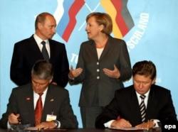 Володимир Путін та Анґела Меркель на церемонії підписання паперів щодо видобутку природного газу. Томськ, квітень 2006 року