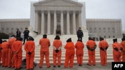 تجمع گروهی از فعالان حقوق بشری مقابل دادگاه عالی ایالات متحده در اعتراض به تعطیل نشدن زندان گوانتانامو- دیماه ۱۳۹۱