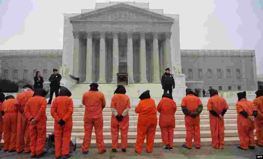 Protest pentru închiderea centrului de detenție de la Guantanamo în fața Curții Supreme de la Washington.