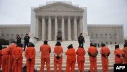 Террорчулукка шектелип, Ооганстандан туткундалгандар кармалган Гуантанамо түрмөсүн жабууга чакырган нааразылык акциялары АКШнын өзүндө да өтүп келет. Вашингтон, 11-январь, 2013-жыл.