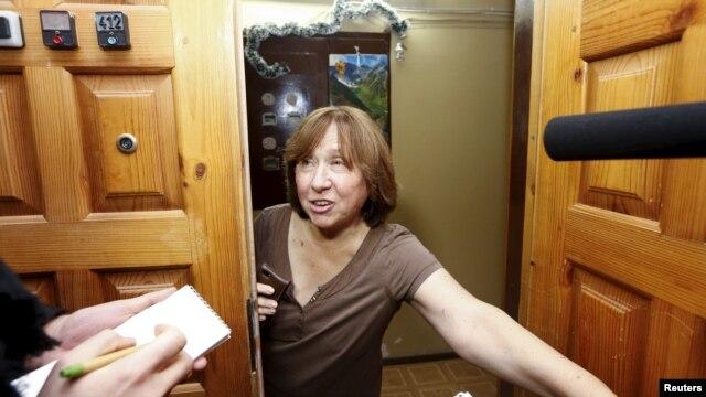 سوتلانا الکسیویچ، دقایقی پس از اعلام کسب جایزه نوبل ادبی، در مواجهه با خبرنگاران در ورودی اقامتگاهش در مینسک